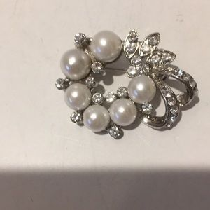 Jewelry - Vintage silver tone simulated pearls rhineston pin